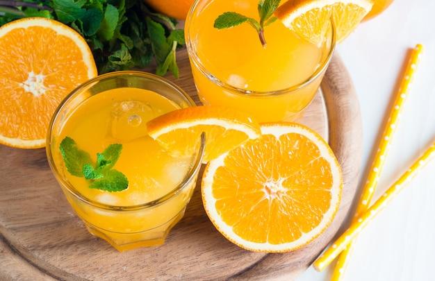 Gros plan, de, a, verre jus orange, à, oranges, fruits
