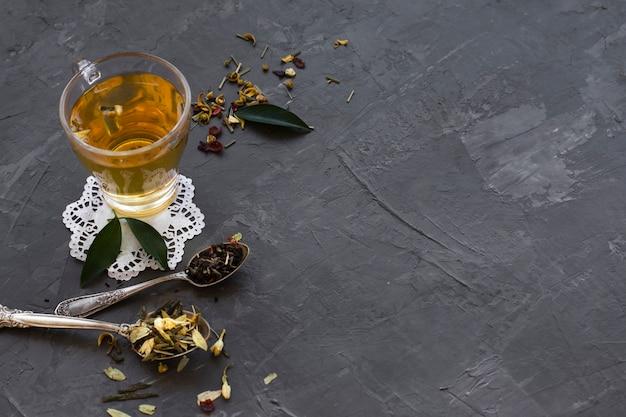 Gros plan, verre, thé, épices