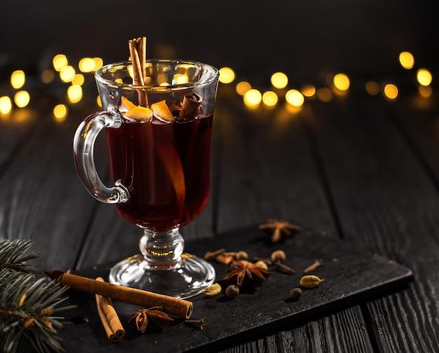 Gros plan d'un verre de vin chaud à l'orange et à la cannelle