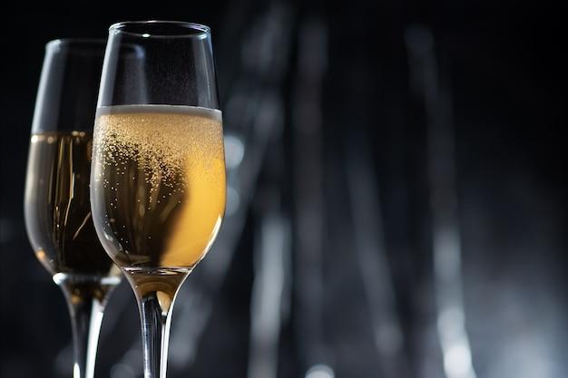 Gros plan de verres à champagne