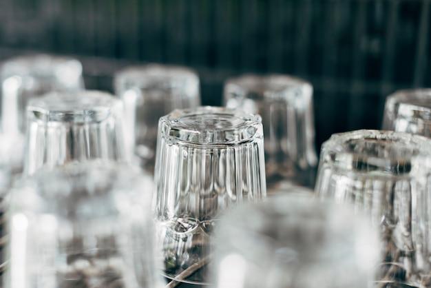 Gros plan de verres à l'envers dans un restaurant