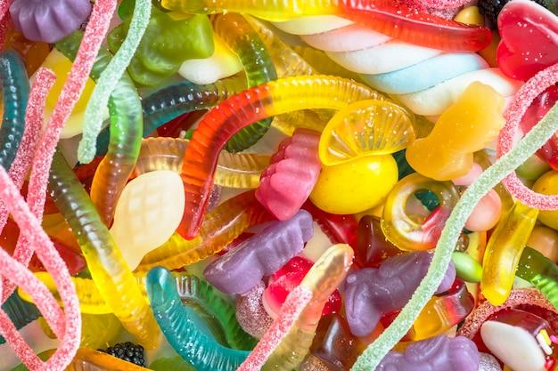 Gros plan de vers de gelée colorés assortis et autres bonbons