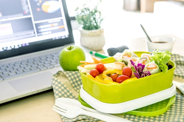 Gros plan vert boîte à lunch sur le lieu de travail du bureau de travail