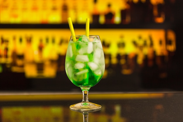 Gros plan, de, vert, cocktail, à, comptoir bar
