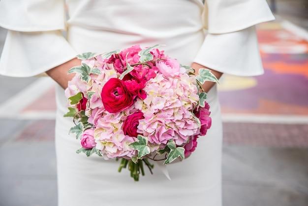 Gros plan vertical d'un bouquet de fleurs de mariée