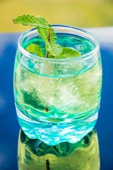 Gros plan vertical d'un cocktail mojito glacé