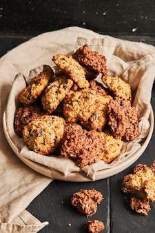 Gros plan vertical de délicieux biscuits à l'avoine faits maison sur une assiette