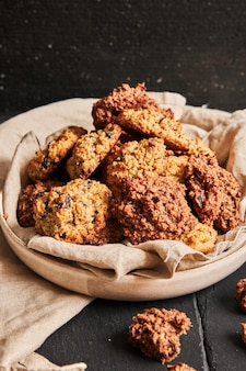 Gros plan vertical de délicieux biscuits à l'avoine faits maison dans une assiette