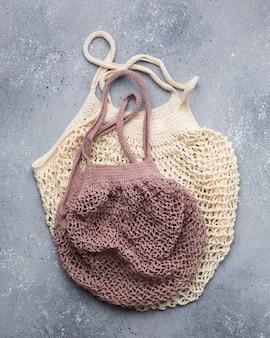 Gros plan vertical de sacs en tricot beige et rose