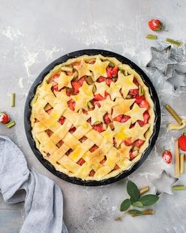 Gros plan vertical sélectif tourné d'une tarte aux fraises avec des étoiles