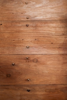Gros plan vertical tiré d'un mur en bois - idéal pour le fond ou un blog