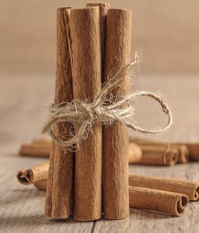 Gros plan vertical tiré d'un paquet de bâtons de cannelle sur une table floue