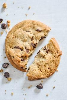 Gros plan vertical tourné de biscuits au chocolat au four écrasés
