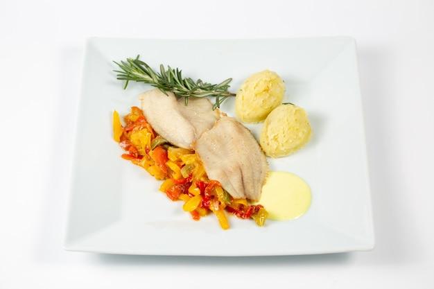 Gros plan de la viande et des légumes en purée de pommes de terre
