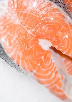 Gros plan de viande de poisson fraîchement coupée