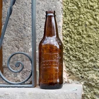 Gros plan, de, vide, bouteille bière, sur, rebord fenêtre, zona, centre, san, miguel, allende, guanajuato, mexique