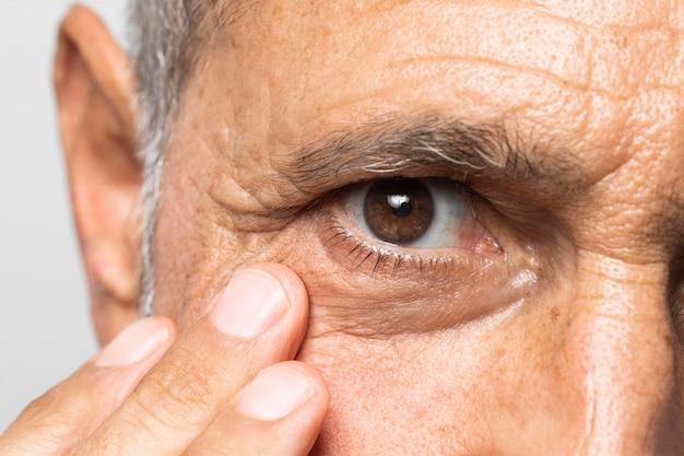 Gros plan vieil homme aux yeux bruns