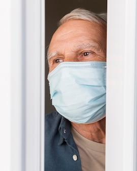 Gros plan vieil homme portant un masque de protection