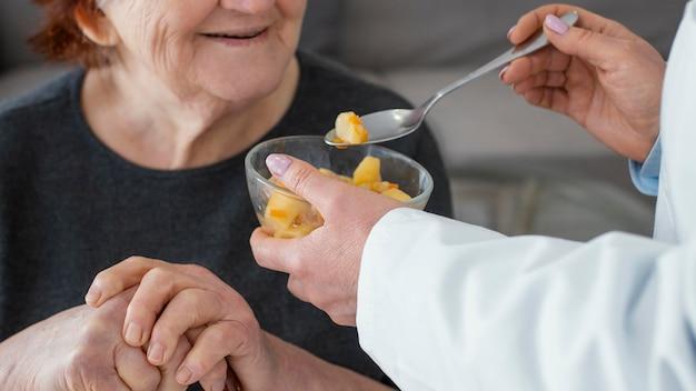 Gros plan, vieille femme, être nourri