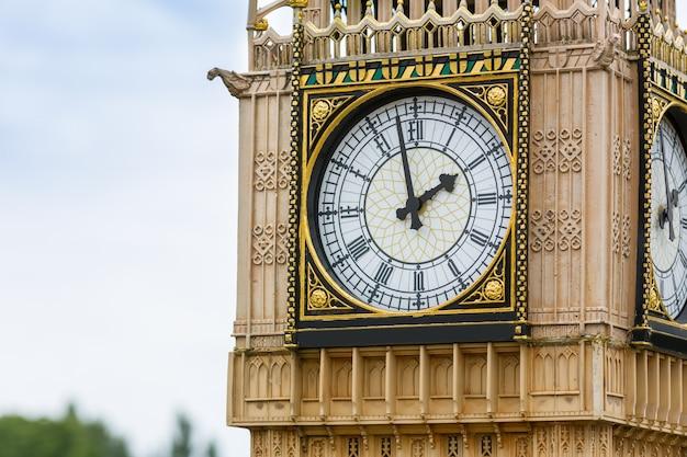 Gros plan de la vieille tour de l'horloge