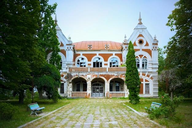 Gros plan d'une vieille villa de la ville
