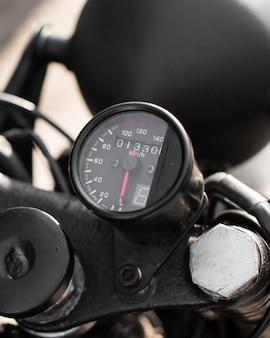 Gros plan vieux compteur de vitesse moto