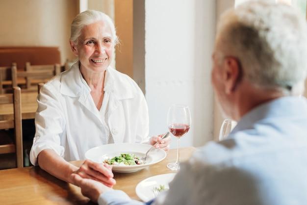 Gros plan vieux couple manger ensemble