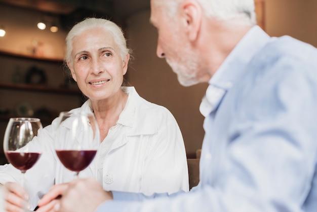 Gros plan, vieux, couple, à, vin rouge