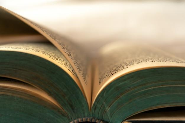 Gros plan de vieux livres actuellement ouverts.