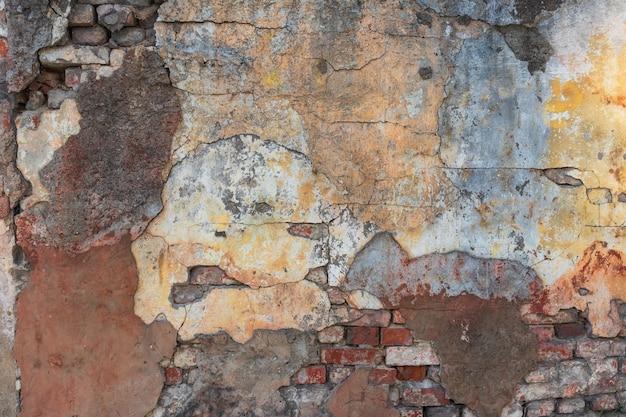 Un gros plan d'un vieux mur cassé