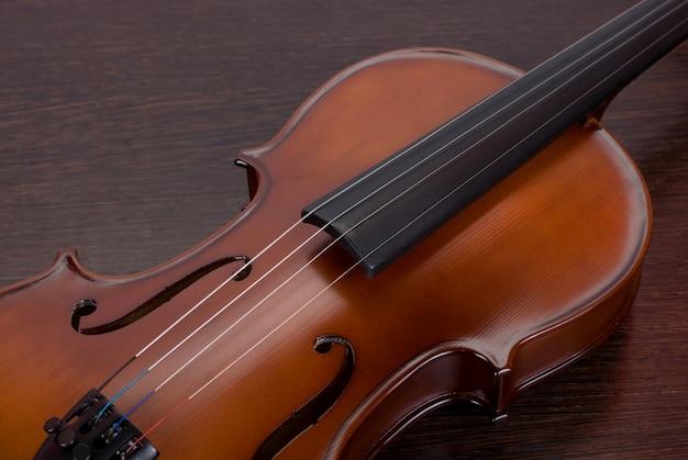 Gros plan de violon sur un bois brun