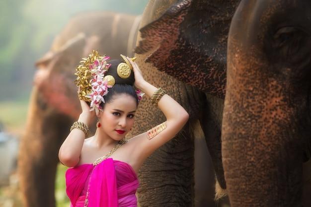 Gros plan visage de femme thaïlandaise porter robe thaïlandaise