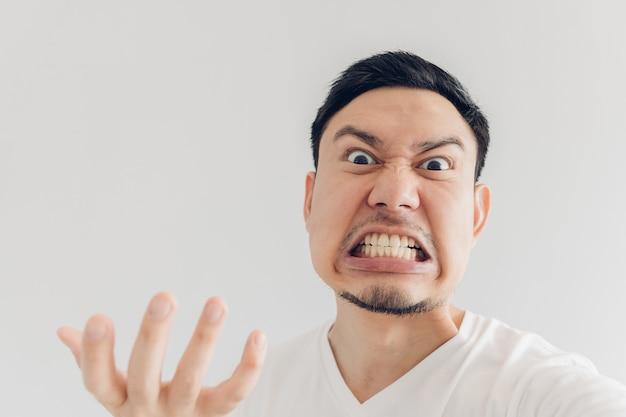 Gros plan le visage de l'homme en colère se selfie.