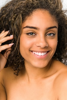 Gros plan visage jeune femme afro-américaine