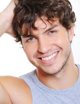 Gros plan visage souriant d'un bel homme caucasien