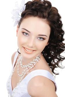 Gros plan visage souriant de jeune mariée beauté