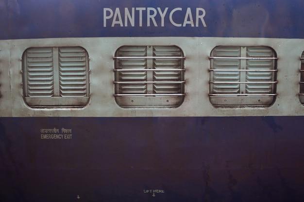 Gros plan d'une voiture de cellier dans un train