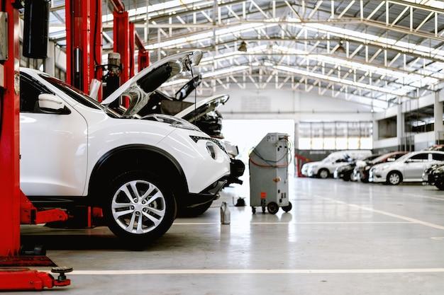 Gros plan de voiture dans la station de réparation et atelier de carrosserie