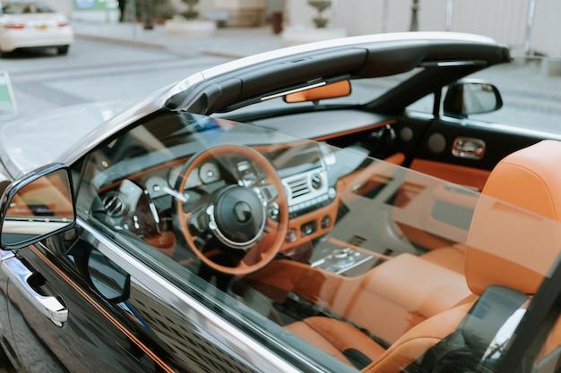 Gros plan sur une voiture décapotable cabriolet de luxe avec intérieur en cuir orange
