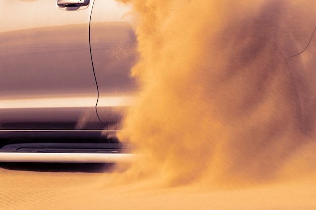 Gros plan d'une voiture dorée coincée dans le sable dans le désert du namib. afrique