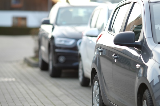 Gros plan d'une voiture noire dans le parking avec un arrière-plan flou