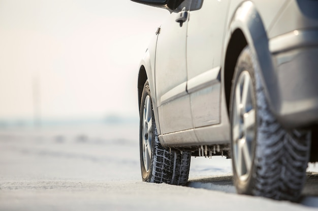Gros plan, de, voiture, pneu caoutchouc, dans, neige profonde.