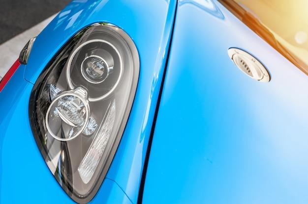 Gros plan d'une voiture de sport bleue