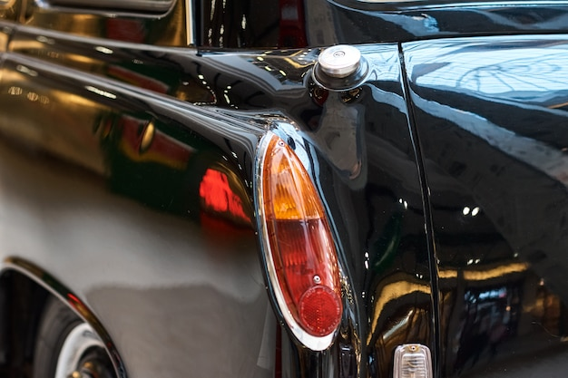 Gros plan d'une voiture vintage noire. vue arrière d'une partie de voiture rétro