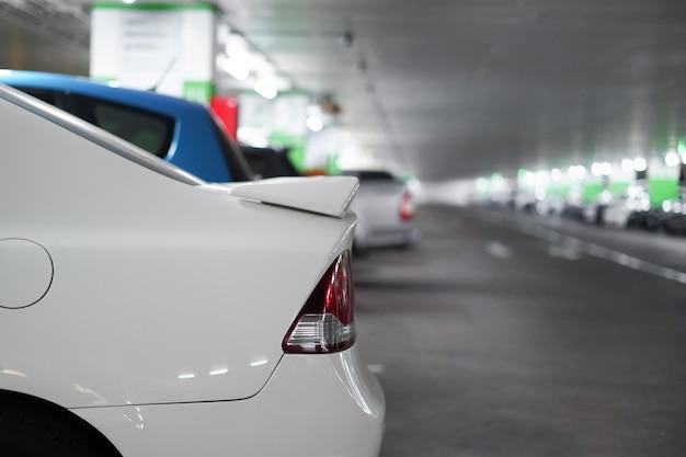 Gros plan sur les voitures à l'intérieur du parking souterrain