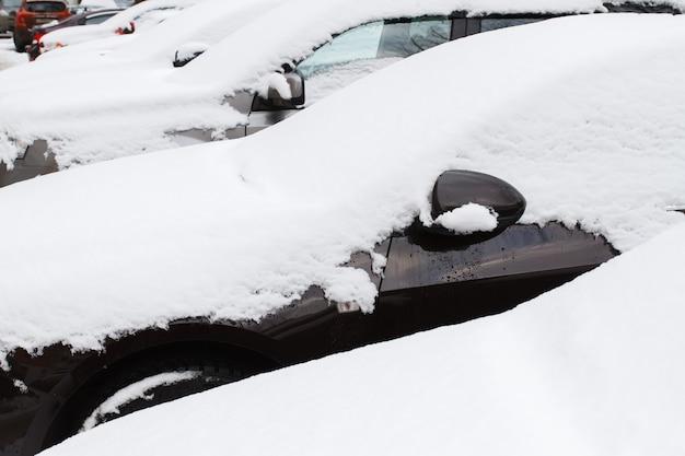 Gros plan de voitures sous la neige