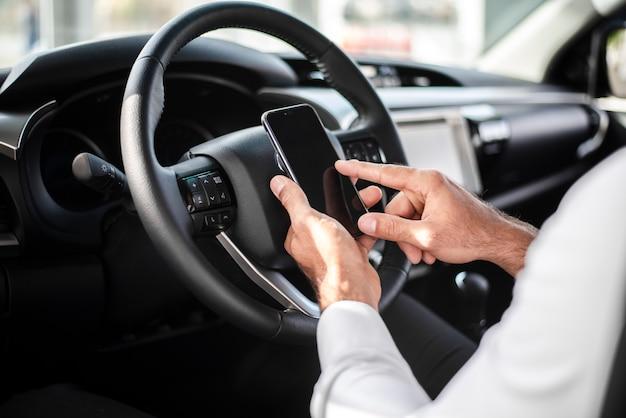 Gros plan, à, volant, vérification, téléphone