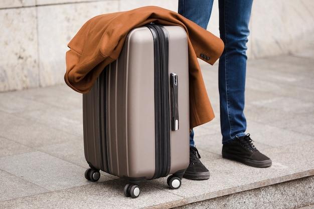 Gros plan voyageur avec bagages