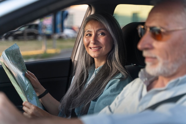 Gros plan des voyageurs seniors en voiture