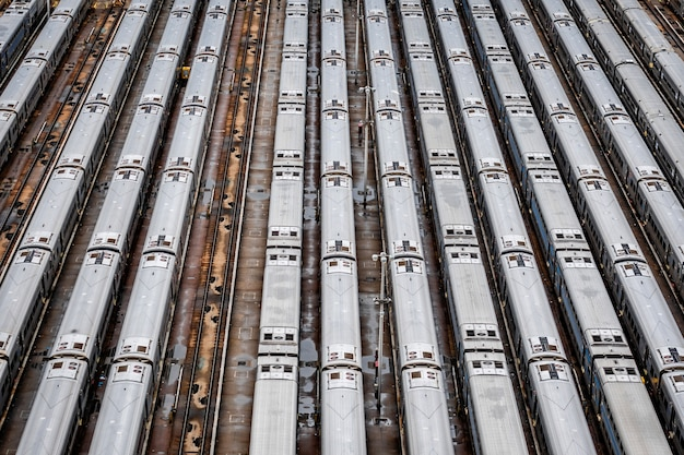 Gros plan vue aérienne de hudson yards train depot avec des lignes de train